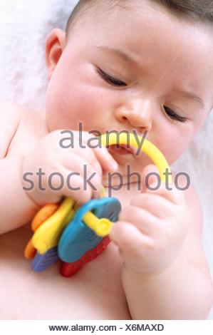 Bébé garçon. 6-month-old baby boy à jouer avec un jouet. Banque D'Images