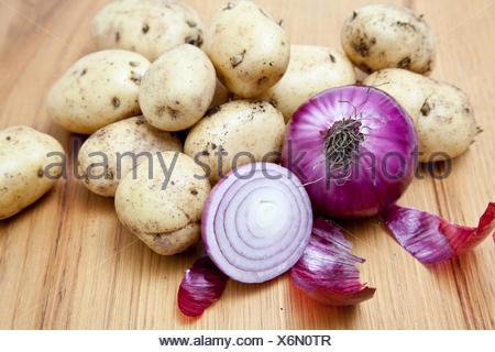 Oignons rouges et pommes de terre