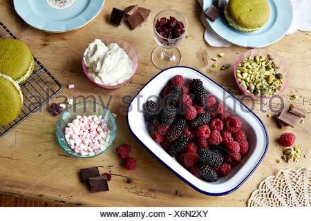Les petits fruits, chocolat, au lait et noix Banque D'Images