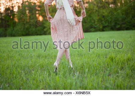 La Russie, Voronezh, woman in dress en travers de meadow Banque D'Images