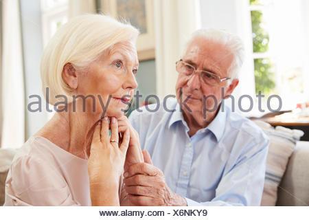 Senior femme réconfortant avec la dépression à la maison Banque D'Images