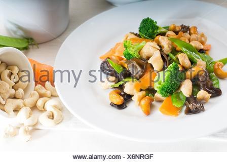 Le poulet frais et légumes sautés, aux noix de cajou,plat typiquement chinois. Banque D'Images