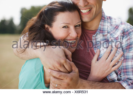 Close up of happy couple hugging Banque D'Images