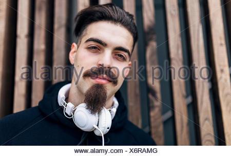 Portrait de jeune homme élégant avec des écouteurs Banque D'Images