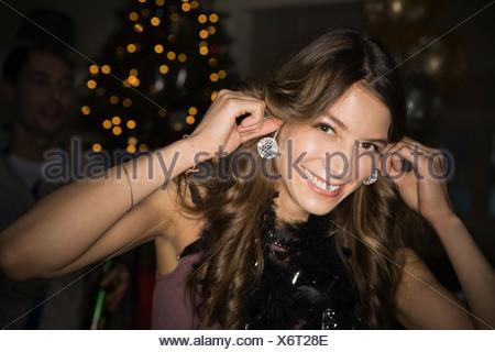 Femme à l'aide de mini-disco balls que boucles d'au cours de la Saint-Sylvestre Party Banque D'Images