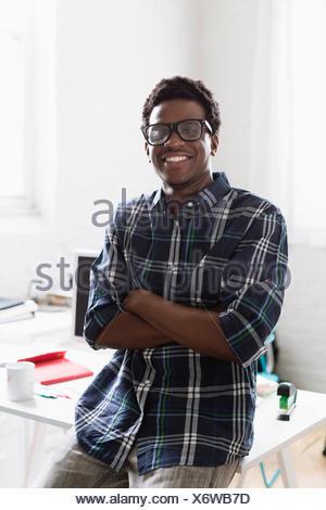Portrait de jeune homme portant chemise à carreaux Banque D'Images
