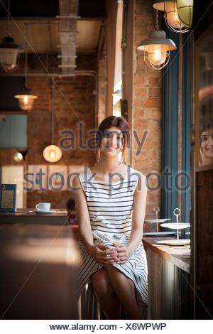 Portrait de femme en robe rayée avec restaurant Banque D'Images