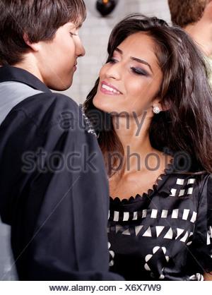 Couple heureux dans le club de nuit, gros plan. Banque D'Images