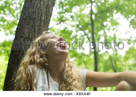 Teenage girl rire dans les bois Banque D'Images