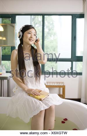 Jeune femme portant le casque et s'amusant Banque D'Images
