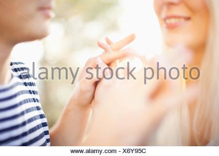 Young couple holding hands, détail Banque D'Images