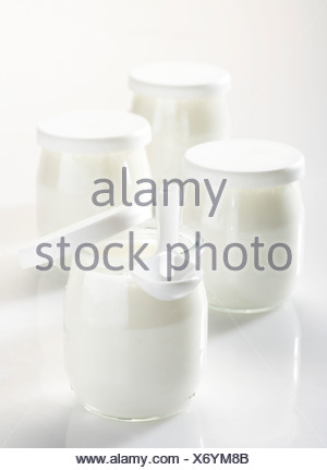 Yaourts dans des pots en verre Banque D'Images