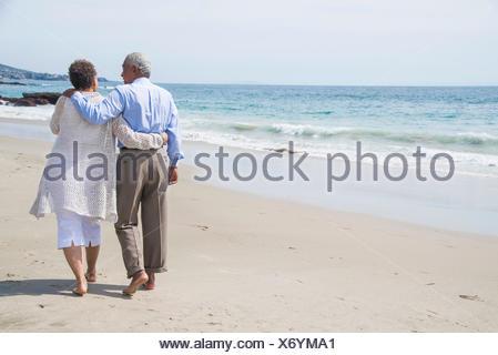 La haute couple waking sur plage, vue arrière Banque D'Images