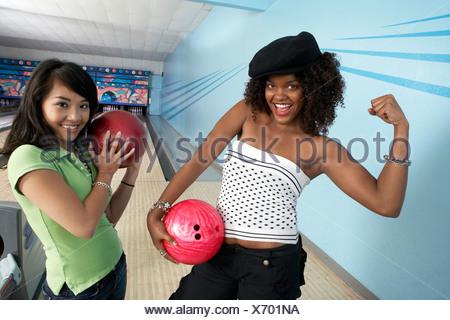 Bowling Balls holding balls et posant, portrait Banque D'Images