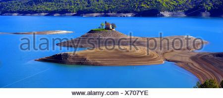 Chapelle Saint-Michel im Stausee Lac de Serre-Ponçon, Frankreich, Hautes-Alpes | petite église de Saint Michel dans l'artificiel Banque D'Images