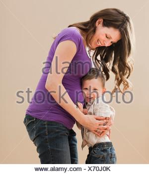 Portrait of boy (2-3) s'appuyant sur le ventre de la mère enceinte Banque D'Images