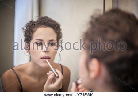 Young woman applying Lip Gloss Banque D'Images