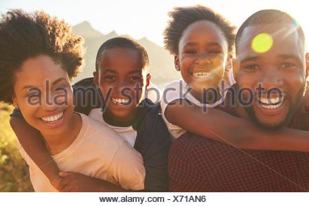 Portrait d'enfants les parents qui se greffe à la mer Banque D'Images