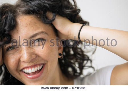 Portrait of smiling woman with hands in hair Banque D'Images