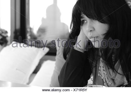 Portrait de femme assise sur un canapé