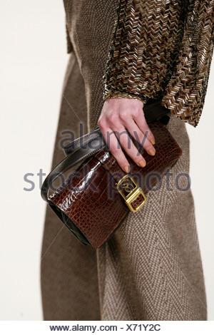 ... Chloe Paris Prêt à Porter Automne Hiver Brown sac à main en cuir croc  Banque D a59418d632a