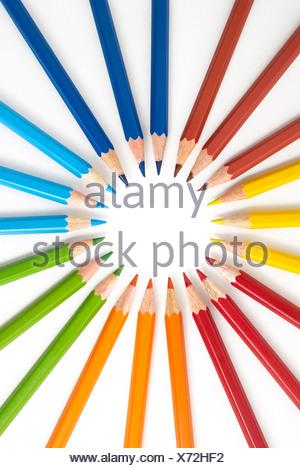 Close-up de crayons de couleur dans la formation de ronde contre fond blanc Banque D'Images