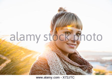 Portrait of young woman in sunlit marsh Banque D'Images