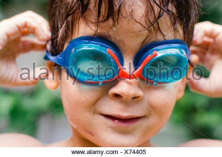 Portrait d'un garçon portant des lunettes de natation Banque D'Images