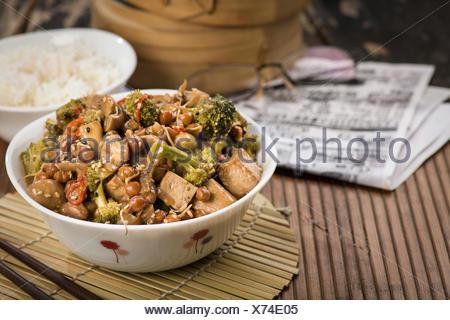 Des légumes sautées dans un wok chinois Banque D'Images