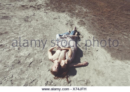 Couple lying on beach Banque D'Images