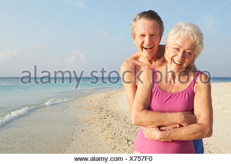 Portrait of Senior Couple On Tropical Beach Appartement De Vacances Banque D'Images