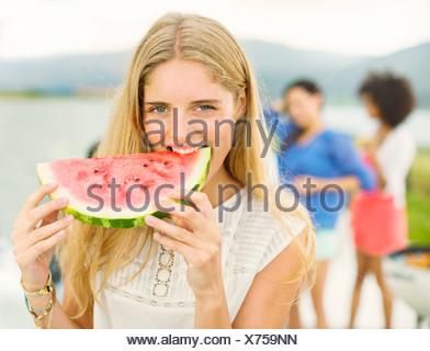 Portrait of woman eating watermelon outdoors Banque D'Images