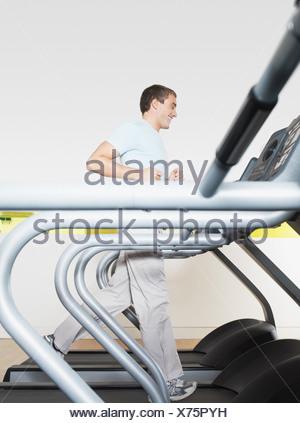 L'homme sur tapis roulant dans un club de santé