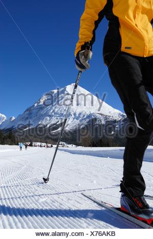 Femme ski de fond, Hohe Munde en arrière-plan, Leutasch, Tyrol, Autriche Banque D'Images