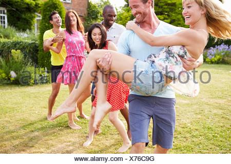 Les amis de vous détendre dans le jardin d'été Ensemble Banque D'Images