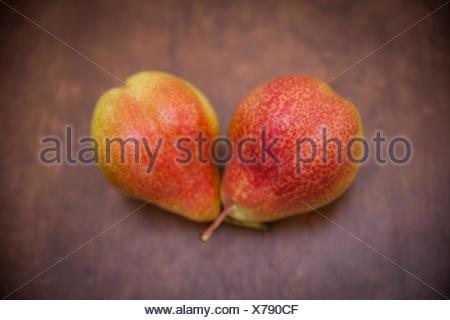 Deux poires sur table en bois Banque D'Images