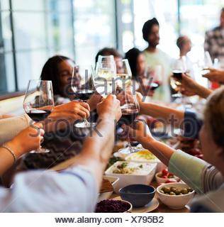 Dans la restauration traditionnelle gastronomique culinaire Partie Cheers Concept Banque D'Images
