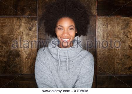 Jeune femme portant chandail tricoté gris Banque D'Images