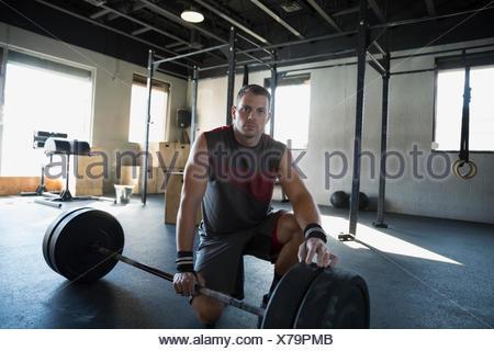 Portrait homme sérieux au sport dans d'haltères Banque D'Images