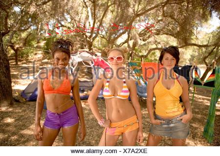 Les jeunes femmes debout dans camping Banque D'Images