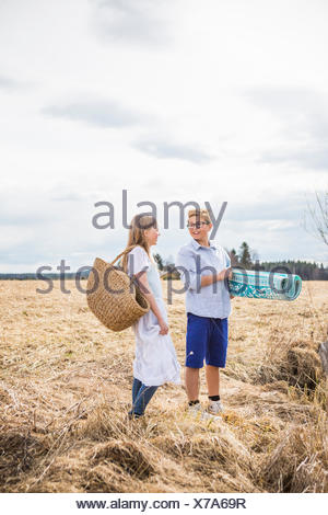 La Finlande, l'Aanekoski, Amerique, Girl (12-13) and boy (12-13) standing in field Banque D'Images