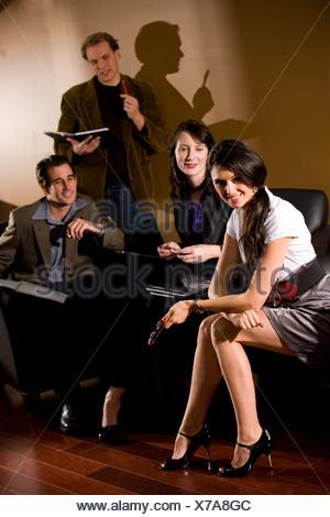 Quatre adultes ayant rencontre en salon avec coffre Banque D'Images