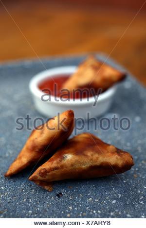 Samosas avec trempette épicée Banque D'Images