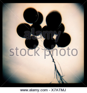 Black balloons floating Banque D'Images
