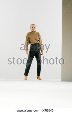 ... Chloe Paris Prêt à Porter Automne Hiver Fashion designer Hannah  MacGibbon à la fin de son a2a62f165d2