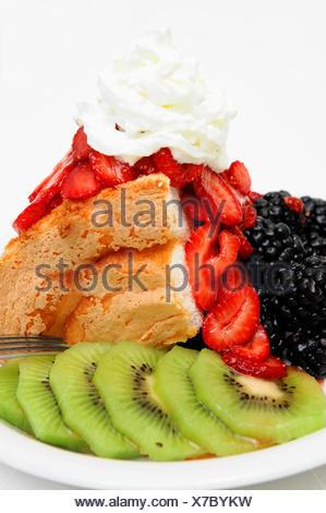 Angel Food Cake et baies Banque D'Images