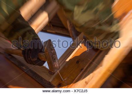 Portrait de l'homme Hitting Nail En bois Banque D'Images