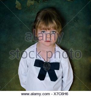 Une jeune fille portant une chemise de coton blanc et un arc noir Banque D'Images