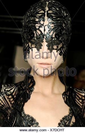 d4b55fdb77d6 Alexander McQueen Backstage Paris Prêt à Porter Printemps Été 2012 Banque  D Images