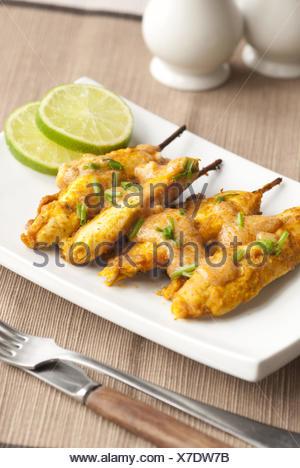Brochettes de poulet mariné à la sauce d'arachide. Banque D'Images